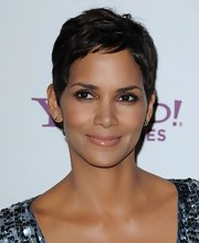 Halle Berry showed off her short locks while attending the 14th Annual Hollywood Awards Gala. The stunning actress looked simply gorgeous while sporting her signature pixie cut.
