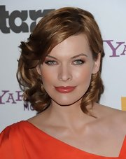 Milla Jovovich complemented her amber shoulder length curls with copper eyeshadow and matching lipstick. The perfect finish to a stunning look!
