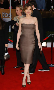Michelle Pfeiffer kept it simple yet chic in a brown strapless dress at the SAG Awards.