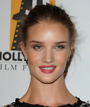 Rosie Huntington-Whiteley looked glowing at the 15th Annual Hollywood Film Awards gala. She kept her skin dewy and went with a berry-stained lip.