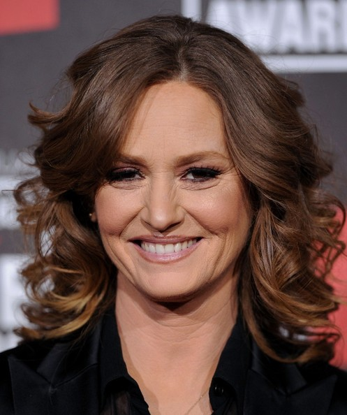 'The Fighter' star Melissa Leo knows how to pack a punch! At the 2011 Critics Choice Movie Awards, Melissa framed her face with soft, ombré curls. She kept her makeup simple, with a a blush of pink dusting her eyelids, cheeks and lips. This hairstyle is a definite do!