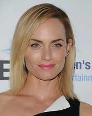 Although she kept her dress sleek and sophisticated, Amber Valletta had some fun with her beauty look with this vibrant pink lip!