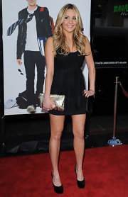 Amanda Bynes paired her LBD and black pumps with a gold metallic clutch.