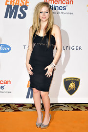 Avril wore a ruched black dress with a super side-parted, straight style. Her black extensions were complemented by a punk rock black bow hair accessory.