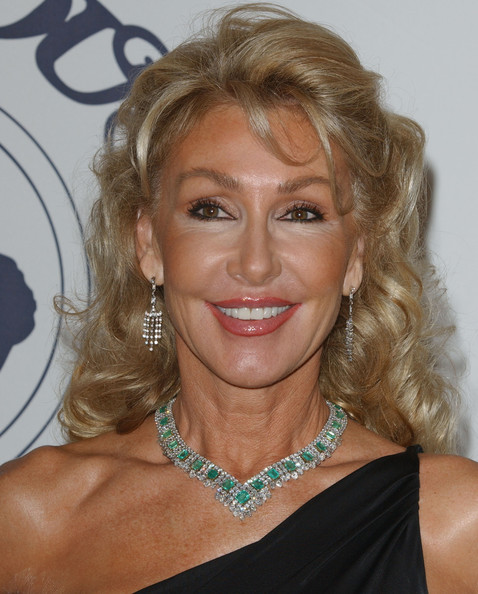 Linda Thompson shimmered in the spotlight in her emerald and diamond necklace.