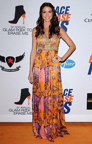 Shannon Elizabeth arrived at the 19th Annual Race to Erase MS event wearing a Tahitian pearl and pave diamond flower dome ring with 18-carat yellow gold and sterling silver.