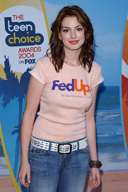 "Anne Hathaway wears a quirky ""FedUp"" t-shirt with jeans and a belt for the Teen Choice Awards."