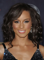 Alicia Keys framed her almond eyes with retro lined that was accented with lengthy lashes.