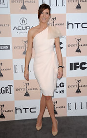 Kate Walsh paired her sweet blush one shoulder dress with pointy nude leather pumps.