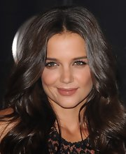 Katie Homes attended the 2011 MTV Music Awards wearing soft peach and bronze shades of makeup, creating a dewy, natural look. For her lips she chose a sheer, rosy neutral lipstick.