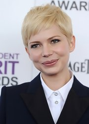 Michelle Williams' light pink lips added a soft feminine touch to her beauty look at the Independent Spirit Awards.