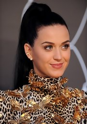 Katy's fleshy pink lips kept her look minimal and pretty on the red carpet.
