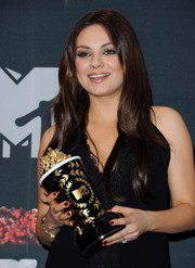 Mila Kunis showed off a perfect red mani while holding her golden popcorn statue at the 2014 MTV Movie Awards.