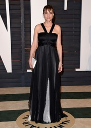 Sticking to a monochrome motif, Amanda Peet accessorized with a simple white box clutch.