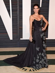 Angie Harmon looked absolutely resplendent in a beautifully appliqued strapless ballgown by Vivienne Westwood during the Vanity Fair Oscar party.