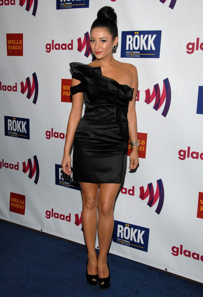 More Pics of Shay Mitchell Classic Bun (1 of 5) - Shay Mitchell Lookbook - StyleBistro