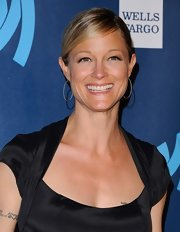 Teri Polo swept back her blonde locks into this classic pinned updo at the GLAAD Media Awards.