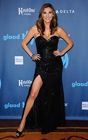 Heather McDonald sparkled on the red carpet with this sweetheart neckline sequined dress that featured a high front slit.