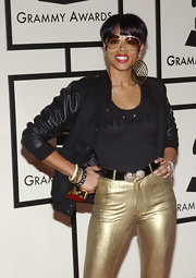Kelis rocked gold aviators while hitting the Grammy Awards.
