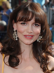 Saffron Burrows topped off her ultra-glam look with a stunning pair of geometric chandelier earrings.