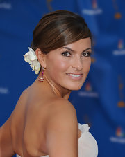 Mariska finished off her classic bun with a beautiful white flower.