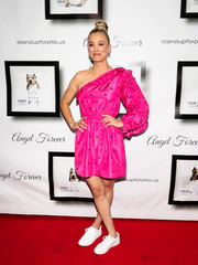 Kaley Cuoco went flirty in a fuchsia one-shoulder dress by Ulla Johnson at the Stand Up for Pits event.