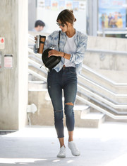 Alessandra Ambrosio went grunge-chic with a pair of torn jeans.