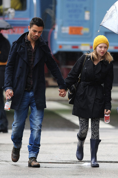 More Pics of Amanda Seyfried Knit Beanie (1 of 8) - Amanda Seyfried Lookbook - StyleBistro