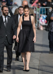 Amanda Peet gave us '50 vibes with this bow-strapped, fit-and-flare LBD during her appearance on 'Kimmel.'