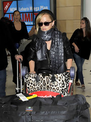 Mena Suvari wrapped up in this metallic scarf for her trip to Sydney.