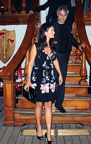 Veronica looked amazing in a figure-flattering, flower-print dress.