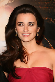 Penelope Cruz wore gold dangle earrings to her strapless dress which was the perfect way to accent her neck line.