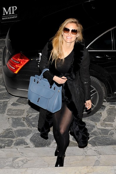 http://www1.pictures.stylebistro.com/bg/Bar+Refaeli+is+a+happy+shopper+xsJJOXHuwr3l.jpg