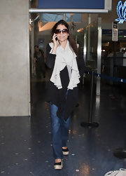 Bethenny Frankel arrived at LAX in comfort, wearing a pair of black canvas wedges.
