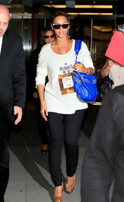 Beyonce added fierce accessories to her comfy ensemble, opting for a cobalt blue purse and animal-print platform pumps.