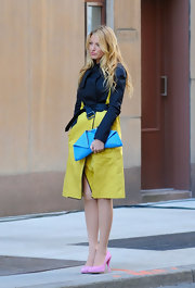 Blake Lively carried this awesome folded leather clutch on the set of 'Gossip Girl.'