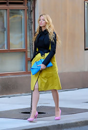 Blake Lively looked sharp in this two-tone trench on the set of 'Gossip Girl.'