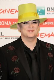 Boy George topped off this ensemble with a bright yellow fedora with a silk accent.