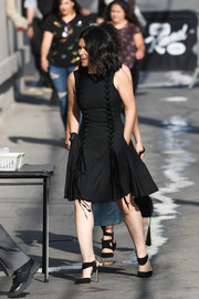 Abbi Jacobson complemented her dress with black ankle-strap pumps.