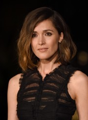 Rose Byrne looked fab, as always, wearing her signature asymmetrical waves at the Burberry London in Los Angeles show.