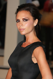 Victoria Beckham used neutral shades of eyeshadow to create her bold smoky eyes. Warm gray and plum, taupe and creamy beige were all used to get her sexy makeup look.