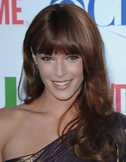 Amanda sported warm-colored waves with blunt-cut bangs.