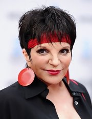 Liza Minnelli looked extravagant with her choice of accessories as she wore a pair of huge circle earrings at the premiere of 'Cabaret'.