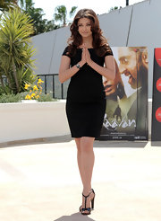 The brunette beauty looked gorgeous in a simple LBD with a pair of  black patent leather, t-strapped sandals.