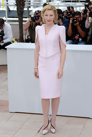 Cate looked sophisticated in a pair of pale pink, Spring 2010 pumps with a delicate black strap detail that wrapped from the front to the back.
