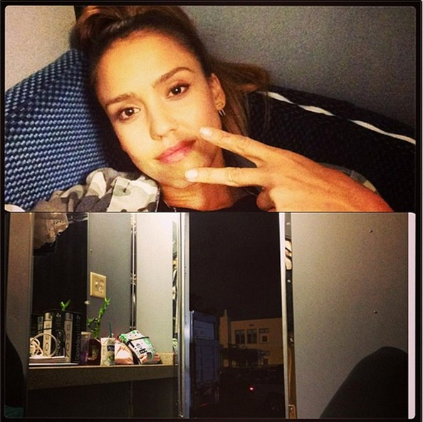 Jessica Alba Flips A Peace Sign In A High Pony The Weeks