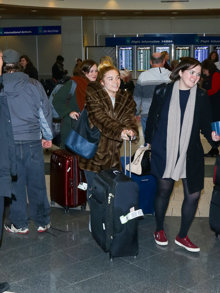 Florence Pugh completed her airport ensemble with a leather hobo bag, in two shades of blue.
