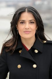 Salma Hayek chose a minimalistic approach to her beauty look with this natural-looking layered 'do.