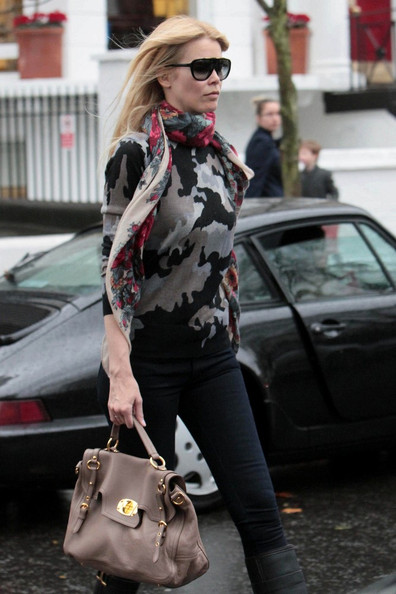 Claudia Schiffer paired her printed sweater with a leather tote bag in taupe.