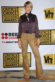 Jenna Elfman added shine to her casual '70s inspired look with a gold hardcase clutch.